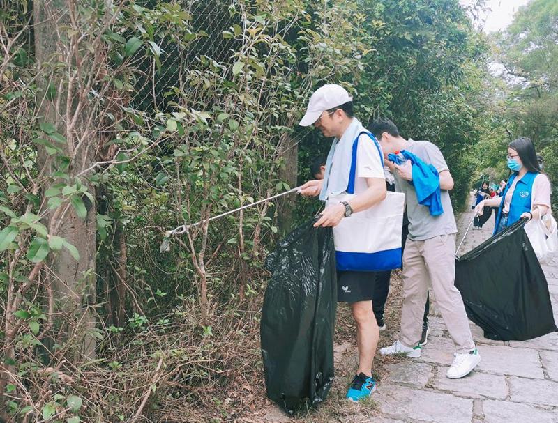 """市统计局团总支开展""""爱护环境 从我做起""""志愿者服务活动"""